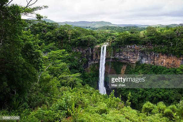 waterfalls of chamarel, mauritius. - isole mauritius foto e immagini stock