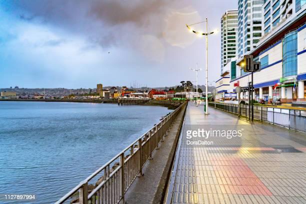 beira-mar e a rua vista em puerto montt - puerto montt - fotografias e filmes do acervo