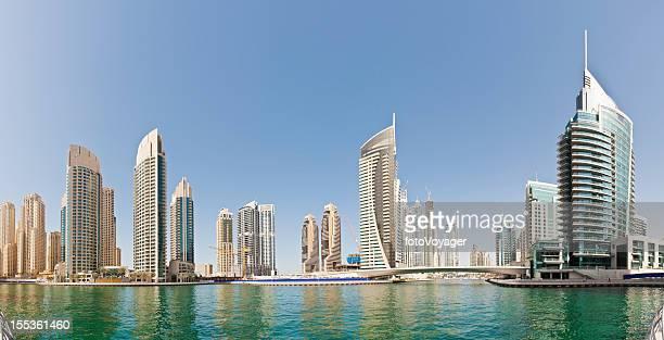 apartment-Gebäude am Jachthafen von Dubai