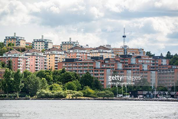 waterfront apartment buildings in stockholm, sweden - waterkant stockfoto's en -beelden