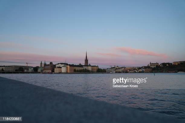 waterfront at riddarholmen, dusk, stockholm, sweden - riddarholmkirche stock-fotos und bilder