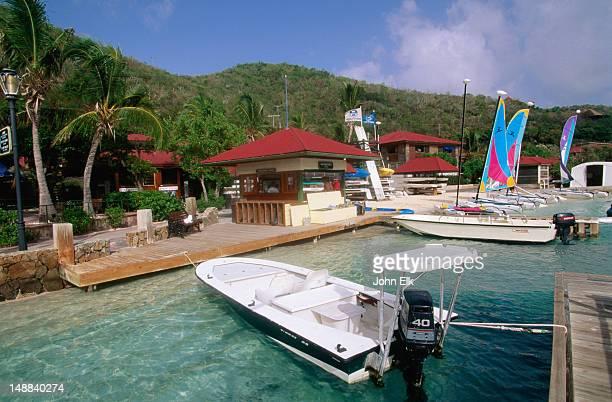 waterfront boats and jetty at bitter end resort. - islas de virgin gorda fotografías e imágenes de stock
