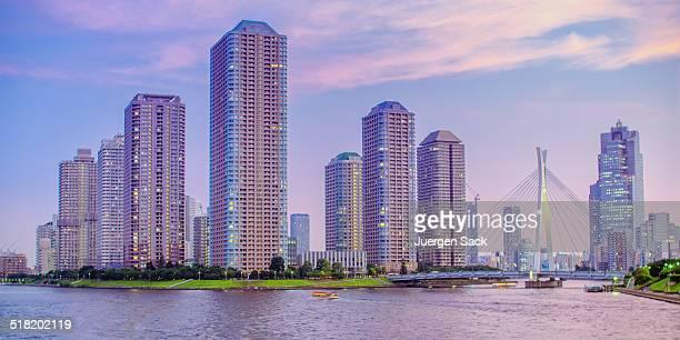 東京の高層ビルのウォーターフロント