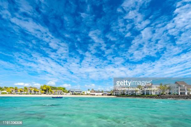 waterfront luxury resort on tropical beach, indian ocean, mauritius - islas mauricio fotografías e imágenes de stock