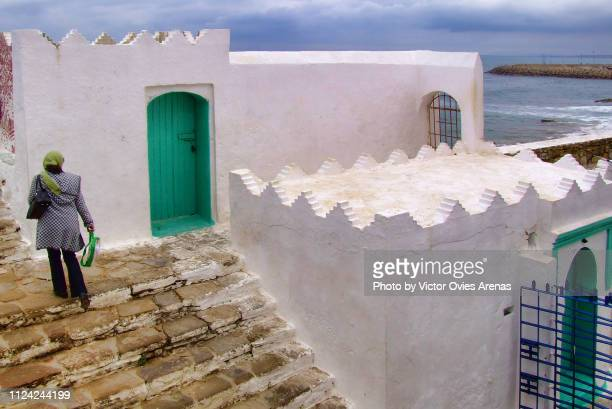 waterfront viewpoint in the medina of asilah with the koubah sidi mamsur and the mujahidin cemetery in asilah, morocco - victor ovies fotografías e imágenes de stock