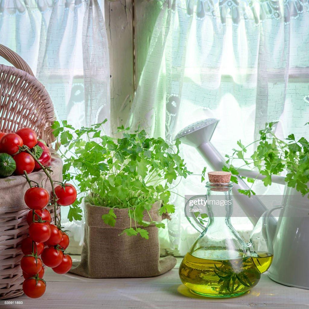 Regador cheia de plantas aromáticas frescas na cozinha : Foto de stock