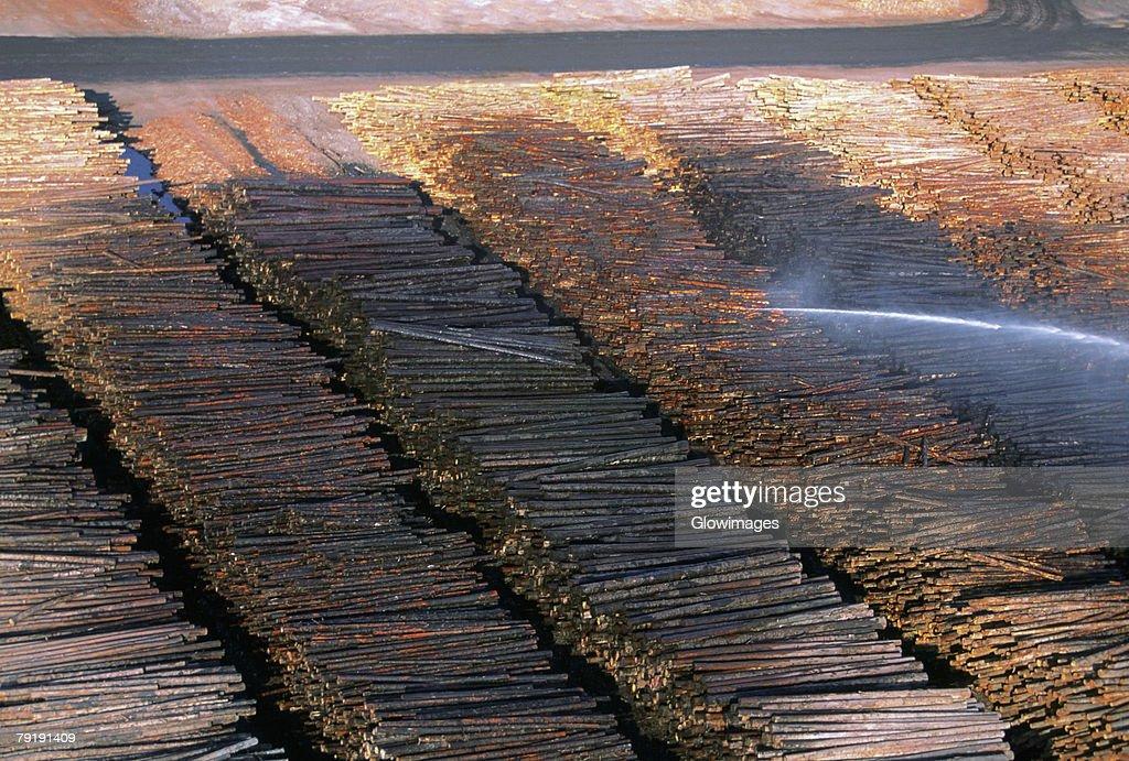 Watering logs to reduce heat buildup, sawmill, Idaho  : Foto de stock