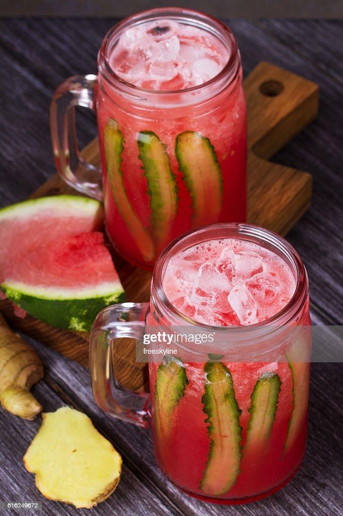 Sandía cóctel con jengibre y pepino : Foto de stock