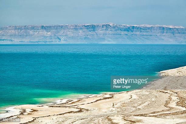 waters and beach line of the dead sea - mar muerto fotografías e imágenes de stock