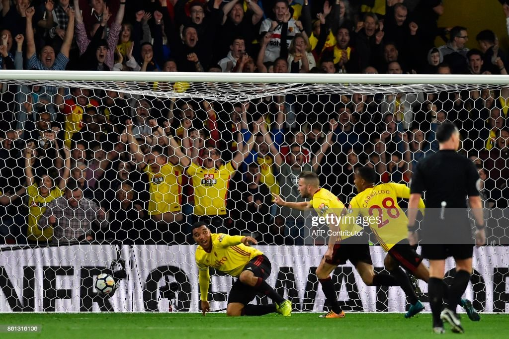 Watford's English mifielder Tom Cleverley (C) celebrates after scoring a late winning goal during the English Premier League football match between Watford and Arsenal at Vicarage Road Stadium in Watford, north of London on October 14, 2017. Watford won 2-1. / AFP PHOTO / Glyn KIRK / RESTRICTED TO EDITORIAL USE. No use with unauthorized audio, video, data, fixture lists, club/league logos or 'live' services. Online in-match use limited to 75 images, no video emulation. No use in betting, games or single club/league/player publications. /