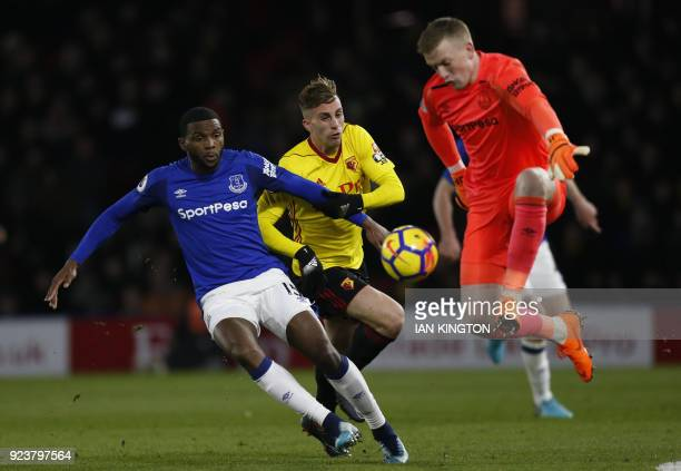 Watford's Spanish midfielder Gerard Deulofeu vies with Everton's Dutch defender Cuco Martina and Everton's English goalkeeper Jordan Pickford during...