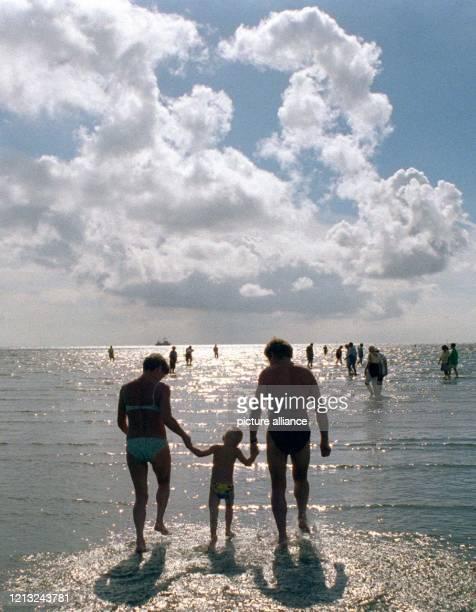 Wattspaziergang im Gegenlicht aufgenommen am 3181997 Viele Urlauber nutzen die letzten schönen Tage des Spätsommers und machen an der...