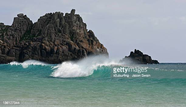 wave, logan rock, porthcurno, cornwall - s0ulsurfing stock pictures, royalty-free photos & images