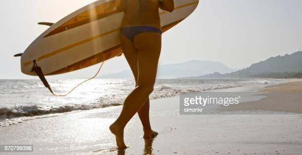 vague de surf - monokini photos et images de collection