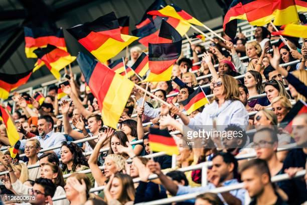 welle ihre flagge - weltmeisterschaft stock-fotos und bilder