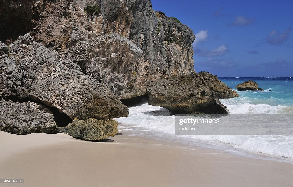 Ondas contra Cliff : Foto de stock