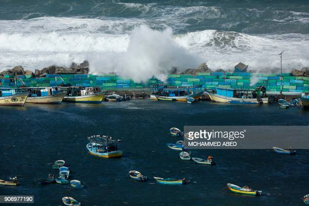 TOPSHOT Waves break on the sea port in Gaza City on January 19 during a storm / AFP PHOTO / MOHAMMED ABED