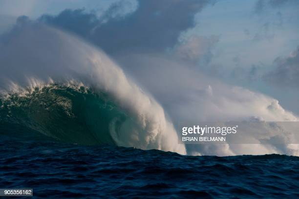 Waves crash at Pe'ahi, also known as Jaws, during big wave surfing on January 14, 2018. / AFP PHOTO / brian Bielmann / RESTRICTED TO EDITORIAL USE