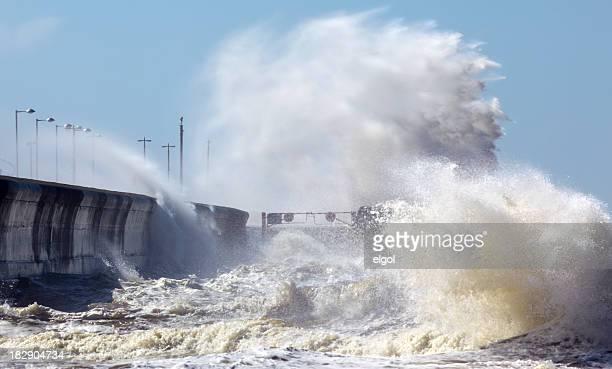 Wellen schlugen auf die Küste in stürmischen Wetterbedingungen