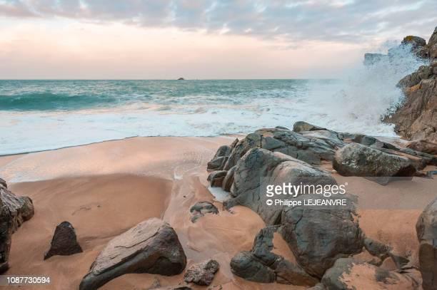 waves during a storm in saint-malo beach - bretagne photos et images de collection