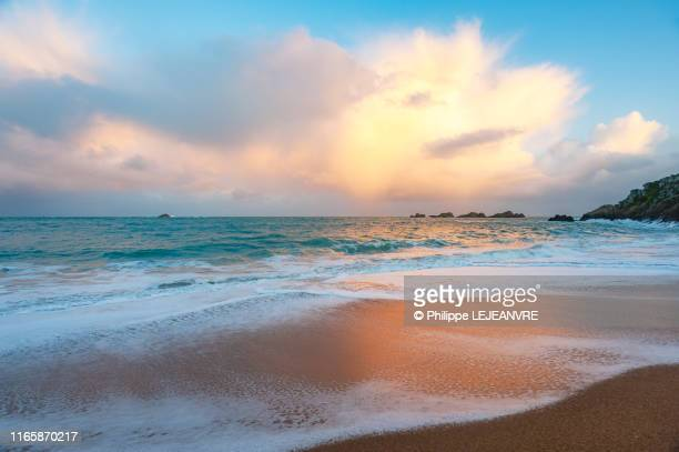 waves on saint-malo beach at sunset - plage photos et images de collection