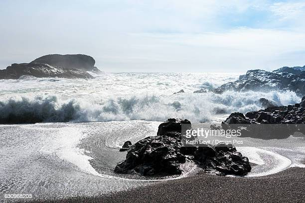 waves rolling on shore - pacific ocean stock pictures, royalty-free photos & images