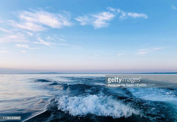 waves rushing at beach - horizon stockfoto's en -beelden