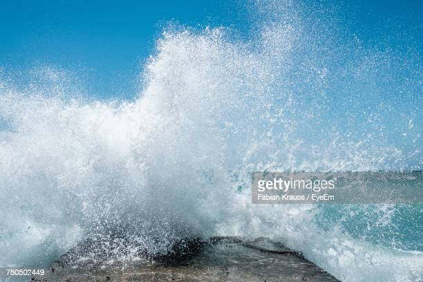 waves splashing in sea - splashing stock pictures, royalty-free photos & images