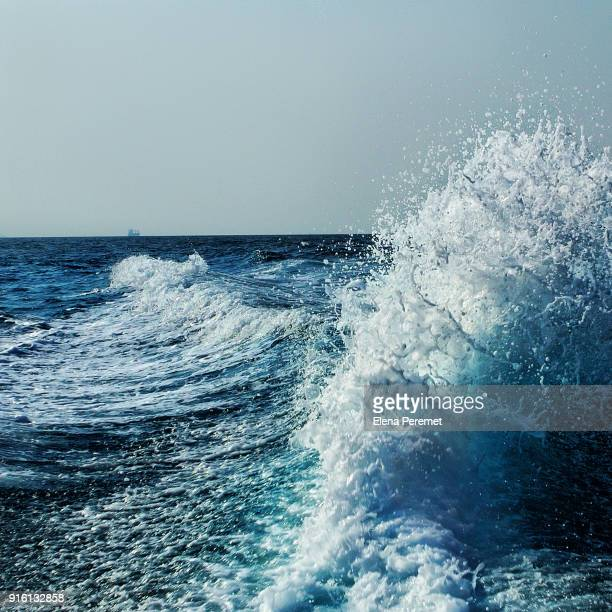 waves splashing - tide stock pictures, royalty-free photos & images