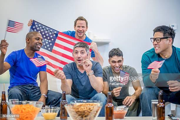 Agitant des drapeaux américains en regardant le Super Bowl