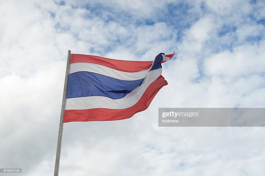 Winken thailändisch Flagge von Thailand mit blauem Himmel Hintergrund. : Stock-Foto