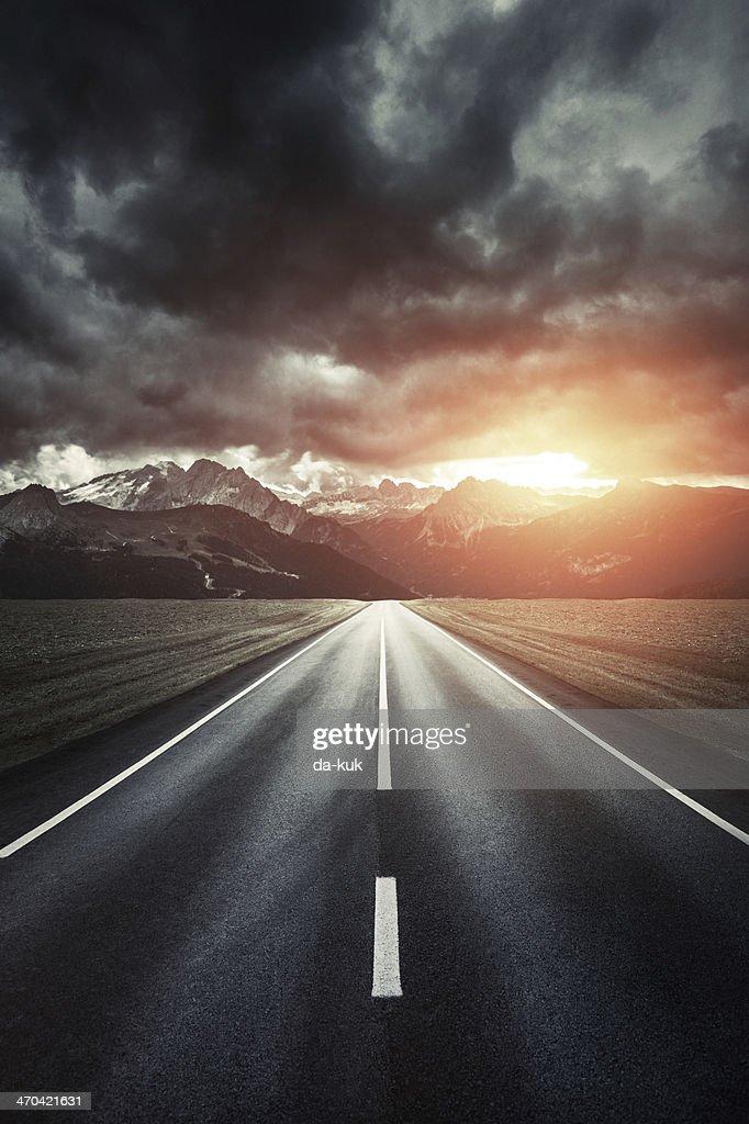 Weg.  Leeren Straße in die Berge im Sonnenuntergang. : Stock-Foto