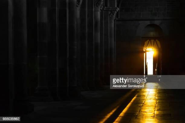 way of sunset sunlight inside the basilique of vezelay, france - abadia mosteiro - fotografias e filmes do acervo
