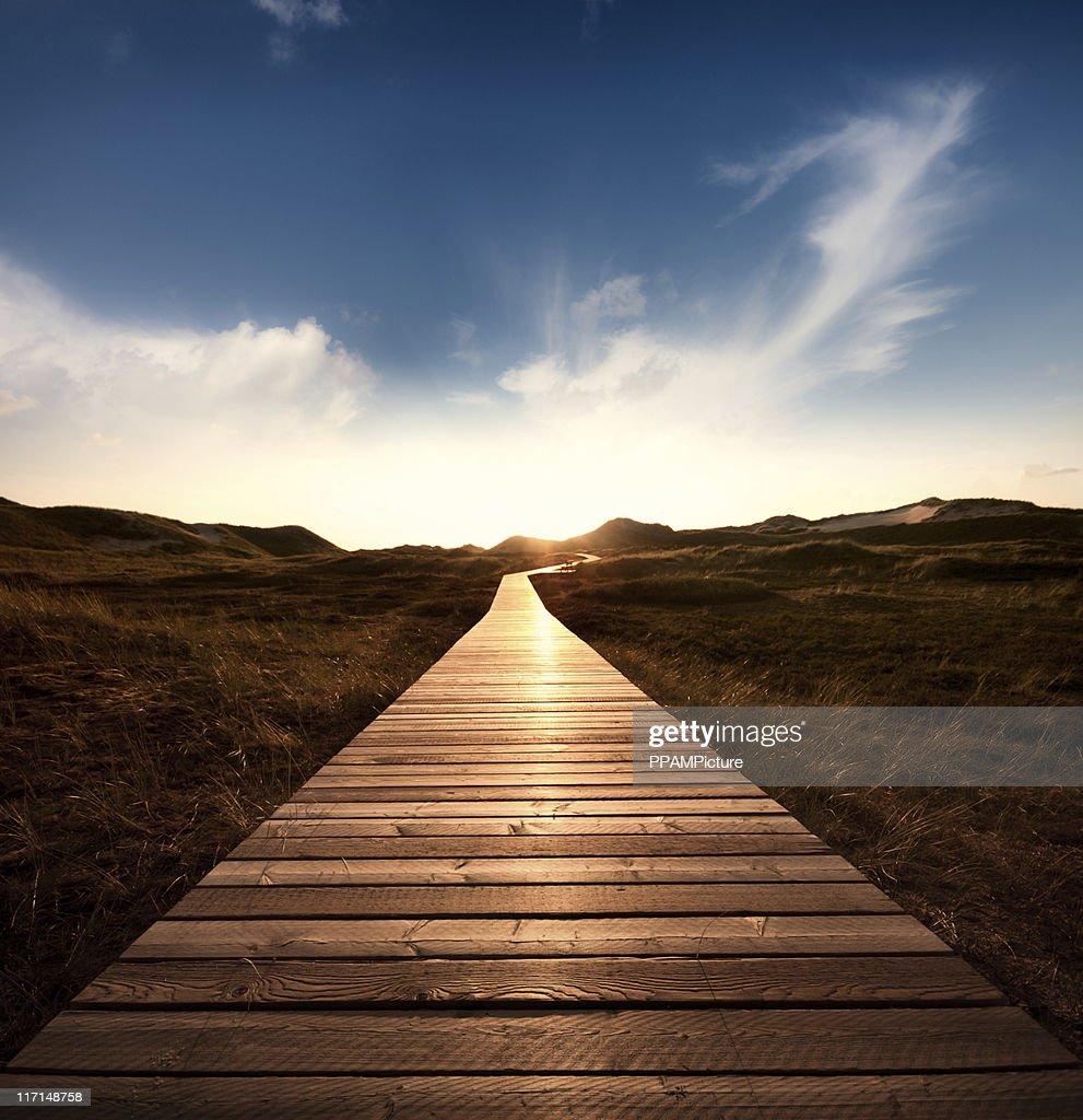 Fahrt durch die Dünen mit einem riesigen sky : Stock-Foto
