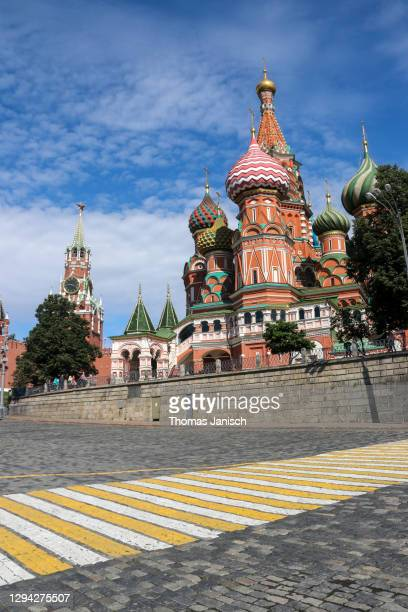 way towards saint basil's cathedral with it's famous colorful domes - state kremlin palace stock pictures, royalty-free photos & images