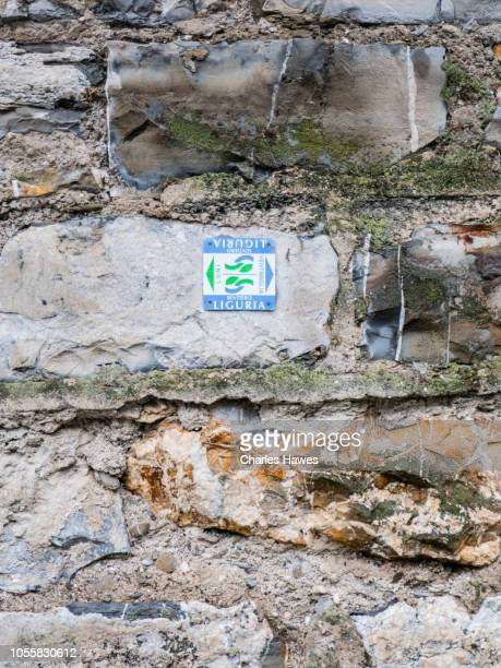 waymark sign for the sentiero liguria path on wall;image taken from on or near the coast of liguria near imperia in northern italy. september - {{asset.href}} stockfoto's en -beelden