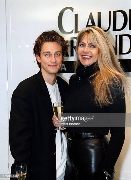 Wayne Carpendale Mutter ClaudiaCarpendale ModeKollektion PremiereKöln Paar Sohn Sekt Glas GetränkProst