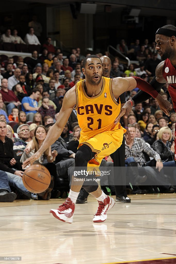 Wayne Ellington #21 of the Cleveland Cavaliers drives to the basket against the Miami Heat at The Quicken Loans Arena on March 20, 2013 in Cleveland, Ohio.