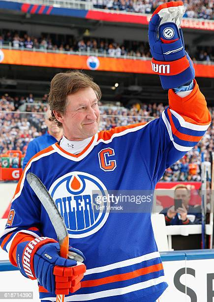 Wayne Gretzky of the Edmonton Oilers alumni team waves to the crowd during team introductions for the 2016 Tim Hortons NHL Heritage Classic Alumni...