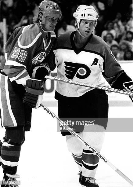 Wayne Gretzky of the Edmonton Oilers fights for position with Mark Howe of the Philadelphia Flyers circa 1987 at the Spectrum in Philadelphia...