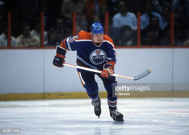 Wayne Gretzky of the Edmonton Oilers skates on the ice during an NHL game against the Philadelphia Flyers on January 14, 1982 at the Spectrum in...