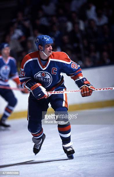 Wayne Gretzky of the Edmonton Oilers skates on the ice during an NHL game against the New York Islanders circa 1986 at the Nassau Coliseum in...