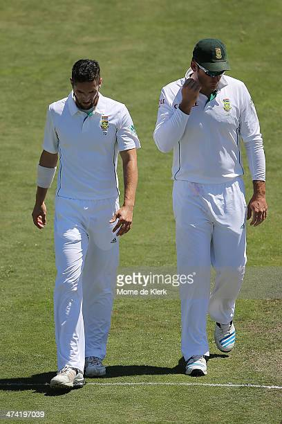 Wayne Parnell of South Africa tells Captain Graeme Smith that he is injured during day three of the Second Test match between South Africa and...