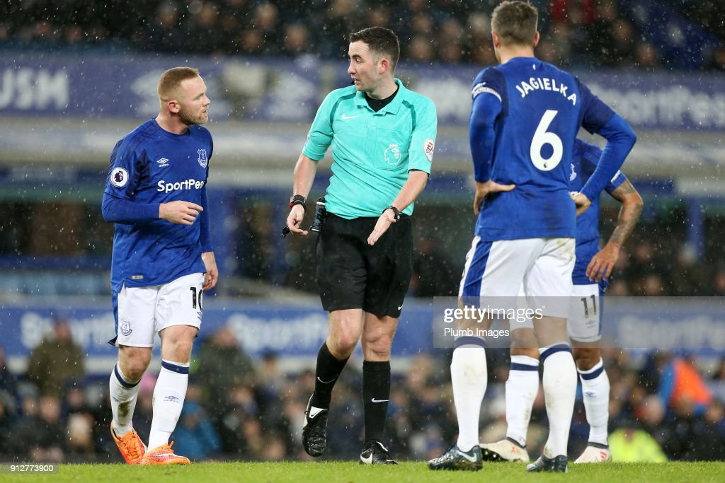Wayne Rooney of Everton argues the penalty decision with referee Christopher Kavanagh during the Premier League match between Everton and Leicester City at Goodison Park, on January 31st, 2018 in Liverpool, United Kingdom