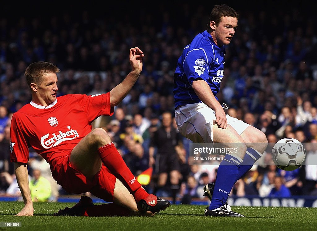 Wayne Rooney of Everton gets past Igor Biscan of Liverpool : Foto di attualità