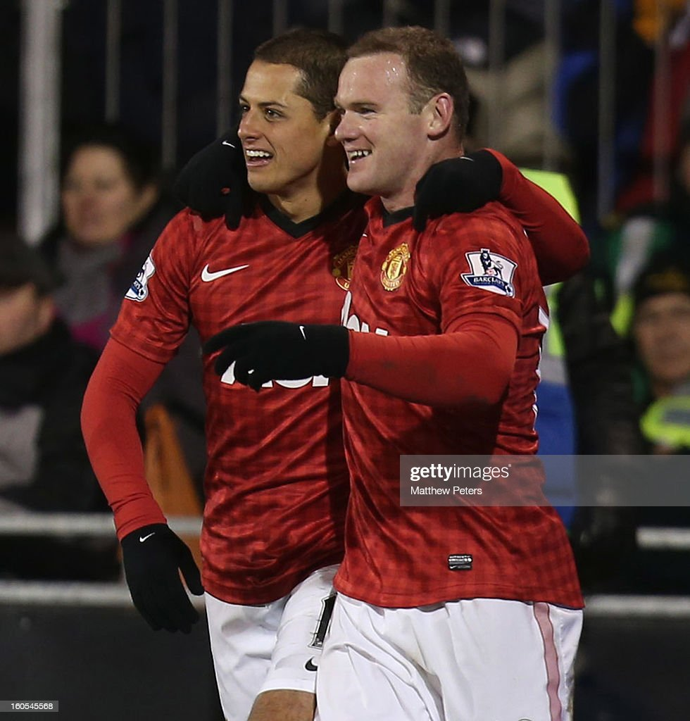 Wayne Rooney of Manchester United (L) celebrates scoring their first goal during the Barclays Premier League match between Fulham and Manchester United at Craven Cottage on February 2, 2013 in London, England.