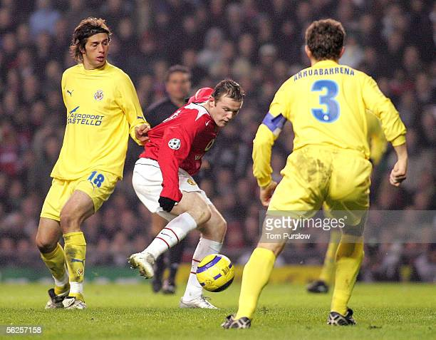 Wayne Rooney of Manchester United clashes with Alessio Tacchinardi and Rodolfo Arruabarrena of Villarreal during the UEFA Champions League match...
