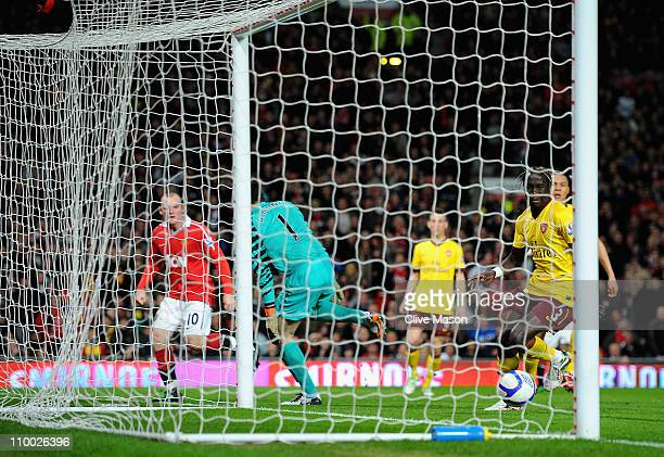 Wayne Rooney of Manchester United heads the ball past Manuel Almunia of Arsenal and scores his side's second goal as Bacary Sagna of Arsenal looks on...