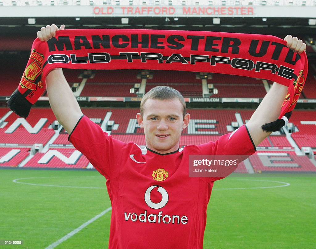 Wayne Rooney signs for Manchester United : News Photo