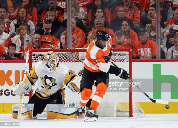 Wayne Simmonds of the Philadelphia Flyers attempts to control the puck in front of Matt Murray of the Pittsburgh Penguins during the first period in...
